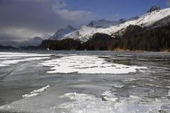 A vista cênico de montanhas da neve do inverno ajardina e lago congelado nos cumes suíços em Engadin Fotos de Stock