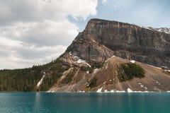 Vista cênico de montanhas de Lake Louise imagem de stock royalty free