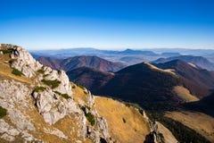 Vista cênico de montes coloridos da montanha enevoada na queda Imagens de Stock