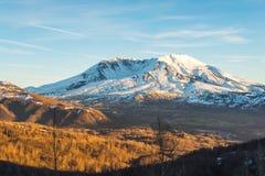 Vista cênico de mt St Helens com o coberto de neve no inverno em que por do sol, monumento vulcânico nacional de Mount Saint Hele Imagem de Stock