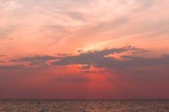 Vista cênico de nuvens bonitas sobre o mar Fotos de Stock