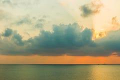 Vista cênico de nuvens bonitas sobre o mar Fotografia de Stock Royalty Free