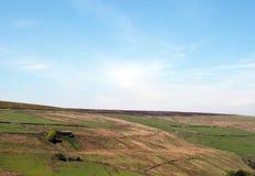 Vista cênico de prados verdes e das paredes de pedra debaixo dos montes e do charneca na estrada velha do howarth perto do pecket foto de stock royalty free