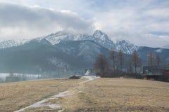 Vista cênico de um vale maravilhoso nas montanhas com construções de casa rurais da exploração agrícola Foto de Stock Royalty Free