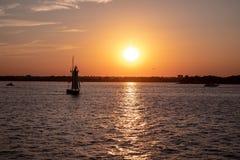 Vista cênico de um veleiro pequeno no Rio Hudson, New York em um por do sol fotografia de stock
