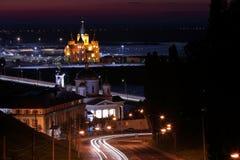 Vista cênico de uma cidade da noite com rio, luzes da cidade construções históricas foto de stock royalty free