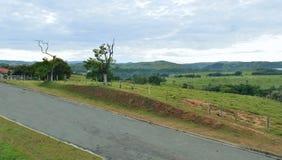 Vista cênico de uma rua pelas montanhas com uma vista dos montes no horizonte Fotos de Stock