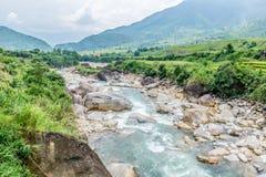 Vista cênico do córrego e das montanhas, Sapa, Vietname Imagem de Stock