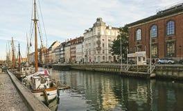 Vista cênico do cais de Nyhavn com construções coloridas, navios, iate e outros barcos na cidade velha imagens de stock royalty free