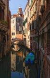 Vista cênico do canal venetian com barco, Veneza, Itália imagem de stock royalty free