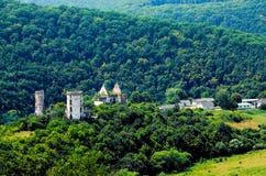A vista cênico do castelo de Chervonohorod arruina a vila de Nyrkiv, região de Ternopil, Ucrânia Imagens de Stock Royalty Free
