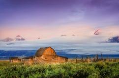 Vista cênico do celeiro abandonado em Teton grande, EUA Fotos de Stock
