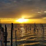 Vista cênico do lago contra o céu do por do sol Imagem de Stock