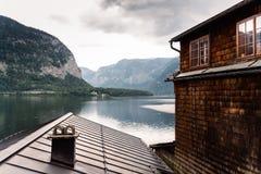 Vista cênico do lago e da casa Hallstatt em cumes austríacos Imagem de Stock Royalty Free