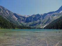 Vista cênico do lago e das geleiras avalanche no parque nacional Montana EUA de geleira fotos de stock