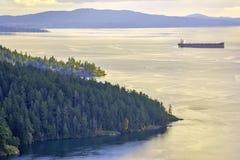 Vista cênico do oceano e da linha costeira no por do sol na baía do bordo, ilha de Vancôver, BC imagem de stock
