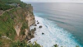 Vista cênico do penhasco alto e do mar azul profundo no pé da rocha Cena panorâmico excitante da opinião da montanha alta video estoque