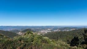 Vista c?nico do pico de Doddabetta, o pico o mais alto no distrito do nilgiri, reserva da floresta com o fundo do c?u azul foto de stock