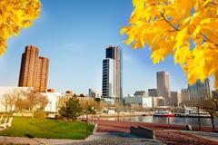 Vista cênico do porto interno de Baltimore no outono fotos de stock