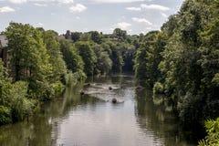 Vista cênico do rio do desgaste em Durham, Reino Unido fotografia de stock