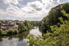 Vista cênico do rio do desgaste em Durham, Reino Unido fotos de stock royalty free