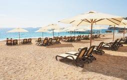 Vista cênico do Sandy Beach privado com as camas do sol do mar e das montanhas Amara Dols Vita Luxury Hotel recurso Imagens de Stock Royalty Free