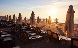 Vista cênico do Sandy Beach privado na praia com as camas do sol contra o mar e as montanhas Amara Dolce Vita Luxury Fotos de Stock Royalty Free