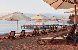 Vista cênico do Sandy Beach privado na praia com as camas do sol contra o mar e as montanhas Amara Dolce Vita Luxury Foto de Stock Royalty Free