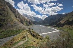Vista cênico em montanhas de Cáucaso em Geórgia Um rio pequeno flui abaixo do desfiladeiro Foto de Stock Royalty Free