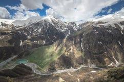 Vista cênico em montanhas de Cáucaso em Geórgia Um rio pequeno flui abaixo do desfiladeiro Fotografia de Stock Royalty Free