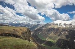Vista cênico em montanhas de Cáucaso em Geórgia Um rio pequeno flui abaixo do desfiladeiro Imagens de Stock