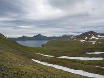 Vista cênico em penhascos bonitos de Hornbjarg nos fiordes ocidentais, reserva natural remota Hornstrandir em Islândia, com neve  Imagem de Stock