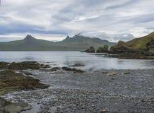 Vista cênico em penhascos bonitos de Hornbjarg nos fiordes ocidentais, reserva natural remota Hornstrandir em Islândia, costa roc Fotos de Stock