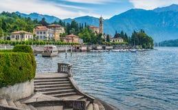 Vista cênico em Tremezzo, com as escadas de Sola Cabiati da casa de campo e o San Lorenzo Church no fundo Lago Como, Lombardy, It foto de stock