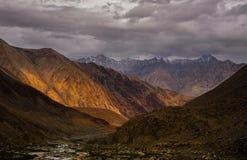 Vista cênico incrível do trajeto da montanha alta na escala de Ladakh, Le imagem de stock