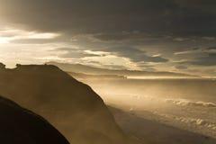 A vista cênico maravilhosa Sightseeing da borda ajardina com por do sol do luminoso na costa atlântica na névoa com montanhas Imagens de Stock