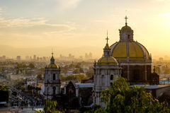 Vista cênico na basílica de Guadalupe com skyline de Cidade do México foto de stock