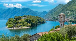 Vista cênico no lago de negligência Como de Ossuccio, pequena e bonita da vila, Lombardy Itália fotos de stock royalty free