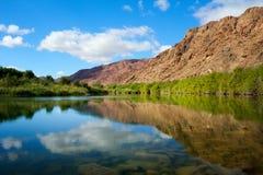 Vista calma con il fiume dell'arancia di riflessioni Fotografie Stock