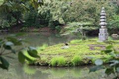 Vista calma de um lago em Kyoto, Japão foto de stock royalty free
