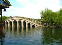 Vista calma de uma ponte chinesa tradicional em um parque chinês tradicional foto de stock royalty free