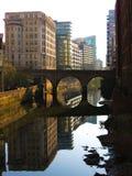 A vista calma do canal de Irwell do rio sob a luz solar fotografia de stock