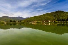 Vista calma do lago Imagens de Stock Royalty Free
