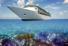 Vista caraibica della scogliera con la barca di vacanza del cuise Immagine Stock Libera da Diritti