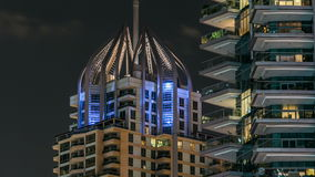 Vista cercana de Dubai Marina Towers en Dubai en el timelapse de la noche almacen de metraje de vídeo