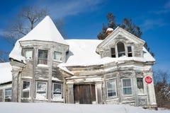 Vista cercana de la casa abandonada en invierno Imagen de archivo libre de regalías