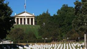 Vista cercana de la casa de Arlington y los argumentos del cementerio de Arlington almacen de video