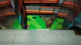 Vista cercana de la escalera móvil al aire libre en Comuna 13, Medellin, Colombia almacen de video
