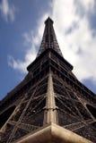Vista cercana de la torre Eiffel Imagenes de archivo