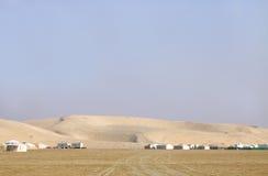 Vista cercana de las dunas de arena y de las chozas que acampan Fotos de archivo libres de regalías